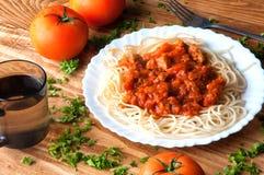 Italiaans spaghetti en water op een houten lijst met tekstruimte Stock Foto's