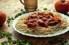 Italiaans spaghetti en water op een houten lijst met tekstruimte Stock Afbeeldingen