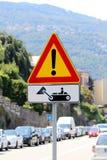Italiaans tijdelijk waarschuwingsbord 'Ander gevaar 'met extra paneel 'Bouwvoertuigen op het werk ' stock fotografie