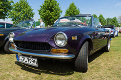 Italiaans two-door convertibel Fiat 124 Sportspin Stock Foto's