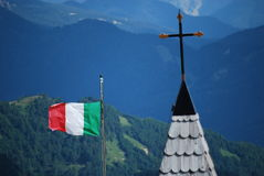 Italiaans vlag en kruis Stock Foto
