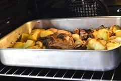 Italiaans voedsel dat in de oven wordt gekookt Rundvlees en aardappels stock afbeelding