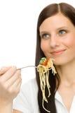 Italiaans voedsel - de gezonde vrouw eet spaghettisaus stock afbeeldingen