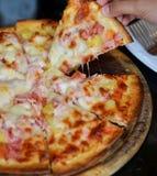Italiaans voedsel De heerlijke pizza en gediend op houten schotel met, sluit omhoog mening Stock Afbeelding