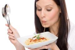 Italiaans voedsel - de portretvrouw eet spaghettisaus stock afbeelding
