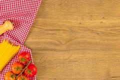 Italiaans voedsel en ruwe ingrediënten op houten achtergrond Hoogste mening Royalty-vrije Stock Foto's