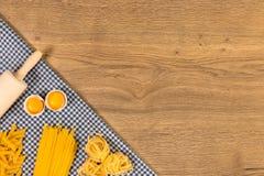 Italiaans voedsel en ruwe ingrediënten op houten achtergrond Hoogste mening Royalty-vrije Stock Afbeeldingen