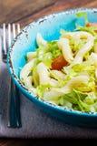 Italiaans voedsel Groentensalade met deegwaren in blauwe kom Stock Foto's
