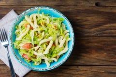 Italiaans voedsel Groentensalade met deegwaren in blauwe kom Stock Afbeeldingen