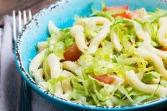 Italiaans voedsel Groentensalade met deegwaren in blauwe kom Royalty-vrije Stock Fotografie