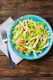 Italiaans voedsel Groentensalade met deegwaren in blauwe kom Royalty-vrije Stock Foto