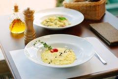 Italiaans voedsel - heerlijke traditionele risotto in een witte plaat Royalty-vrije Stock Foto's