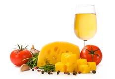 Italiaans voedsel: kaas, witte wijn, rozemarijn, tomaten stock fotografie