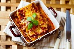 Italiaans voedsel Lasagna'splaat met vers basilicum Royalty-vrije Stock Foto