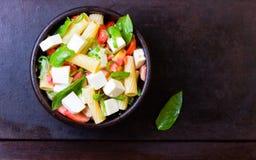 Italiaans voedsel Salade met deegwaren, groenten en kaas Hoogste mening royalty-vrije stock afbeelding