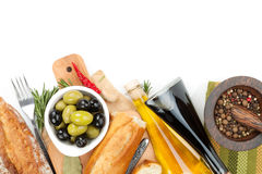Italiaans voedselvoorgerecht van olijven, brood en kruiden stock afbeelding