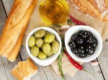 Italiaans voedselvoorgerecht van olijven, brood en kruiden stock afbeeldingen