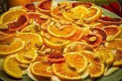 Italiaans voorgerecht met sinaasappel, venkel en amandelen in extra eerste persing stock afbeelding