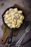 Italiaanse aardappelgnocchi met paddestoelensaus en kaas Royalty-vrije Stock Foto's