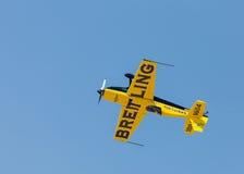 Italiaanse aerobatic kampioen Francesco Fornabaio in zijn type extra 300 vliegtuigen stock afbeeldingen