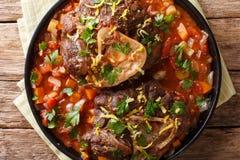 Italiaanse alla Milanese van Ossobuco van het kalfsvleeslapje vlees met gremolata en spi stock afbeelding