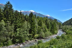 Italiaanse alp-Mening over de rivier Adige Royalty-vrije Stock Afbeeldingen