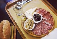 Italiaanse antipasto met brood op dienblad stock afbeeldingen