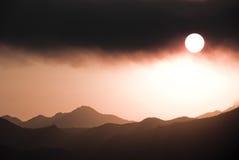 Italiaanse bergen onder zwarte wolken royalty-vrije stock foto's
