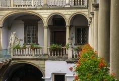 Italiaanse binnenplaats met bloemen Stock Foto's