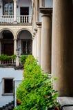 Italiaanse binnenplaats met bloemen op het traliewerk Stock Afbeelding