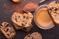Italiaanse biscotti die met koffie, hoogste mening wordt gediend Royalty-vrije Stock Foto