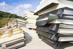 Italiaanse bouwwerf met dak en thermische isolatie met polystyreenpanelen en waterdicht membraan tijdens assemblage stock foto