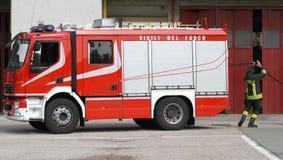 Italiaanse brandbestrijder tijdens oefening in brandweerkazerne Stock Afbeelding