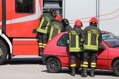Italiaanse brandbestrijders in actie tijdens een autoongeval Stock Fotografie