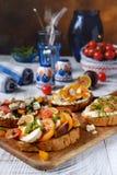 Italiaanse bruschetta met mozarella en tomaat stock afbeeldingen