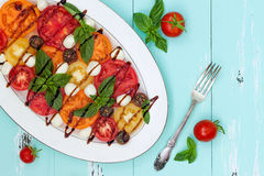 Italiaanse caprese salade met mozarellakaas, tomaten en basilicum op uitstekende houten achtergrond Hoogste mening, de ruimte van Royalty-vrije Stock Foto