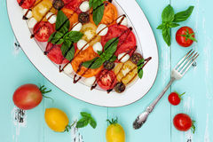 Italiaanse caprese salade met mozarellakaas, tomaten en basilicum op uitstekende houten achtergrond Hoogste mening, de ruimte van Stock Foto's