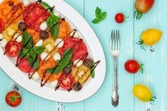 Italiaanse caprese salade met mozarellakaas, tomaten en basilicum op uitstekende houten achtergrond Hoogste mening, de ruimte van Royalty-vrije Stock Foto's