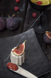 Italiaanse cotta van dessertpanna met fig. Stock Afbeelding
