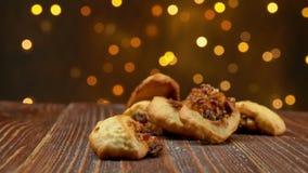 Italiaanse cucidatidalingen van fig.koekjes op een houten oppervlakte stock video