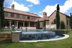 Italiaanse de stijlhuis en pool van de luxe stock afbeelding