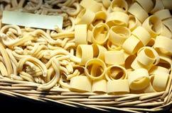 Italiaanse deegwaren in een mand royalty-vrije stock foto