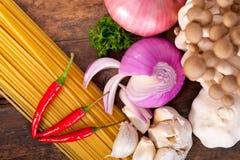 Italiaanse deegwaren en paddestoelsausingrediënten Stock Afbeeldingen