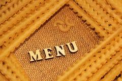Italiaanse deegwaren en van letters voorziende houten brieven Stock Fotografie