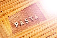 Italiaanse deegwaren en van letters voorziende houten brieven Stock Afbeelding