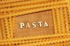 Italiaanse deegwaren en van letters voorziende houten brieven Royalty-vrije Stock Foto