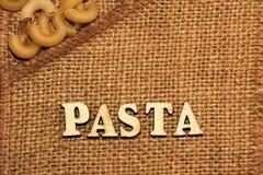 Italiaanse deegwaren en van letters voorziende houten brieven Stock Afbeeldingen