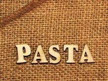 Italiaanse deegwaren en van letters voorziende houten brieven Stock Foto's