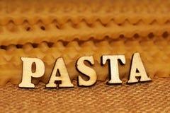 Italiaanse deegwaren en van letters voorziende houten brieven Stock Foto