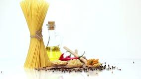 Italiaanse deegwaren, Italiaanse deegwareningrediënten, bloem, deegwarenassortiment van olijfolie in een fles, stilleven, kruiden stock videobeelden
